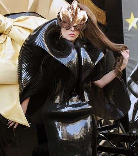 عجیب ترین لباس های ستاره ها,معرفی ستاره ها با لباس های عجیب شان