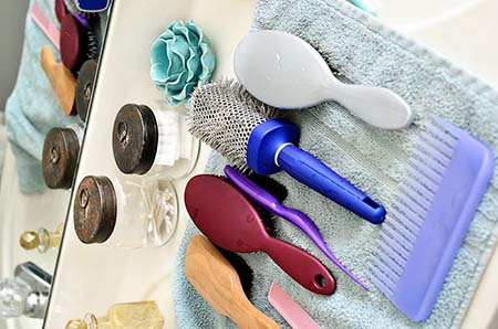 نحوه شستشوی برس , تمیز کردن برس مو , روش تمیز کردن برس مو