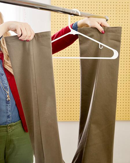 نحوه ی آویزان کردن شلوار به چوب لباسی, آموزش تصویری آویزان کردن شلوار به چوب لباسی, آویزان کردن محکم شلوار به چوب لباسی