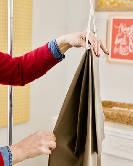 آموزش تصویری آویزان کردن شلوار به چوب لباسی, آویزان کردن محکم شلوار به چوب لباسی, راههای آویزان کردن شلوار به چوب لباسی