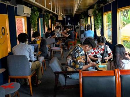 %name عکس های دیدنی وجالب روز؛ از یک کافه ترن در کامبوج تا افزایش کم سابقه دما دردوبی