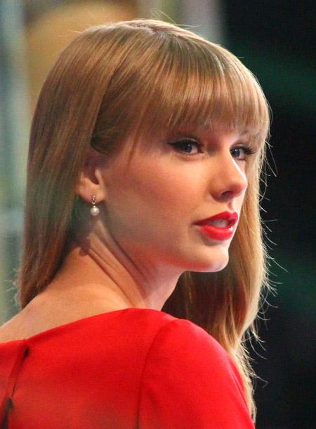 آرایش با لباس قرمز ,آرایش پوست صورت با لباس قرمز,مدل موها با لباس قرمز